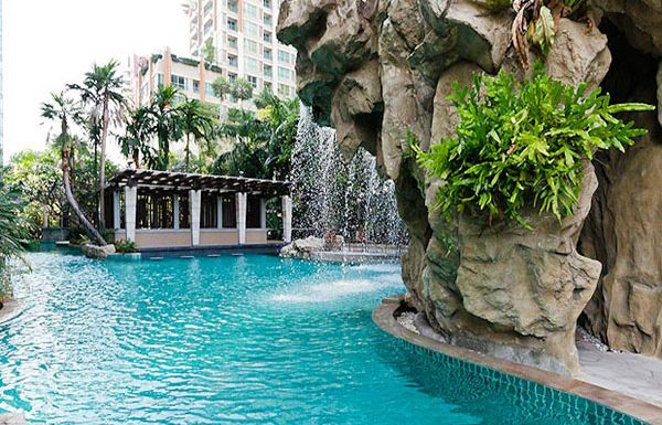 The-Park-Chidlom-Bangkok-condo-swimmingpools-3